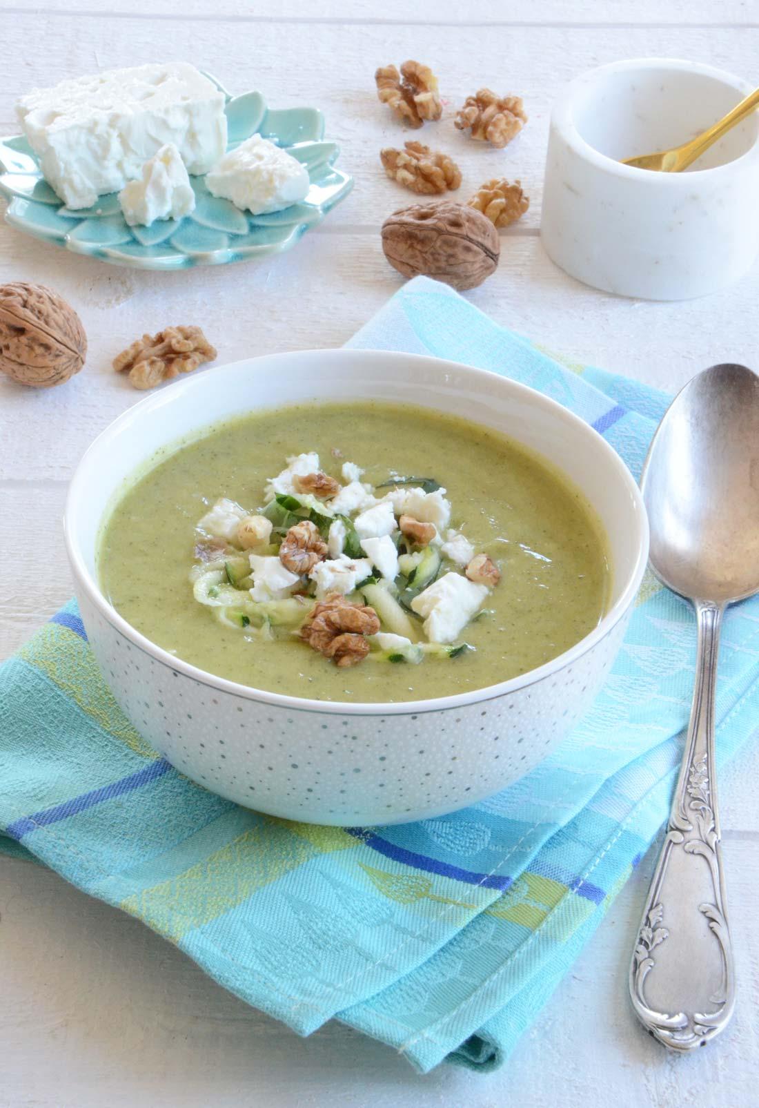 Délicieuse soupe glacée courgettes feta et noix, parfait pour votre microbiote