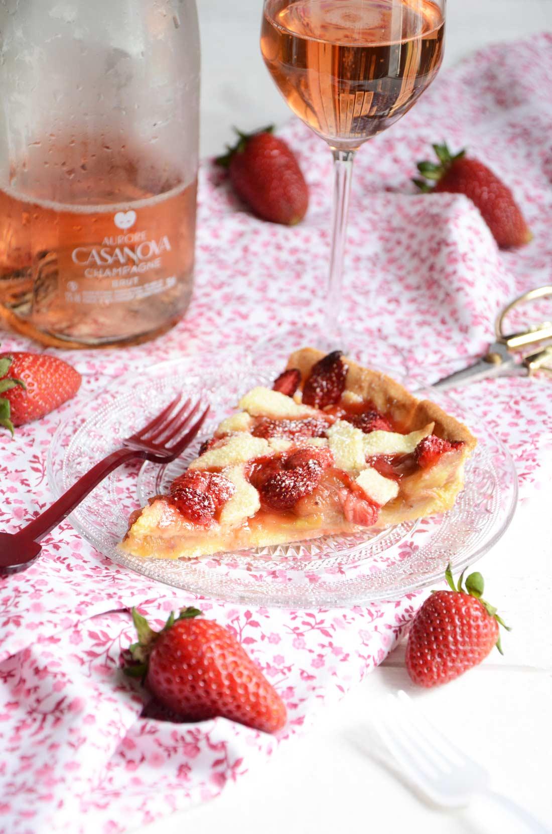 Tarte rhubarbe fraises maison et champagne