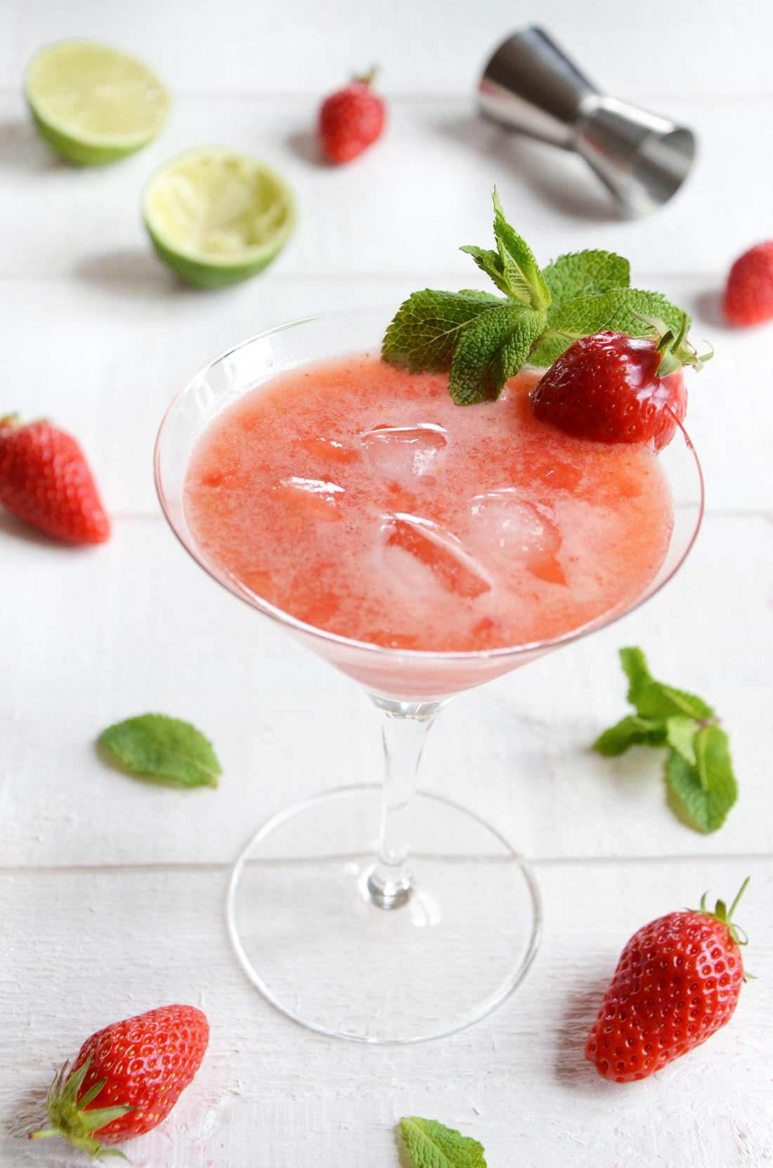 Cocktail liqueur de sureau, gin et fraises fraiches maison