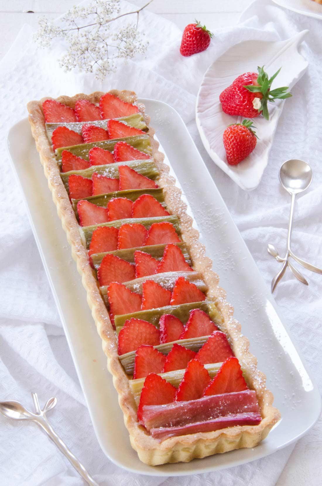 Tarte à la rhubarbe et à la fraise fait maison