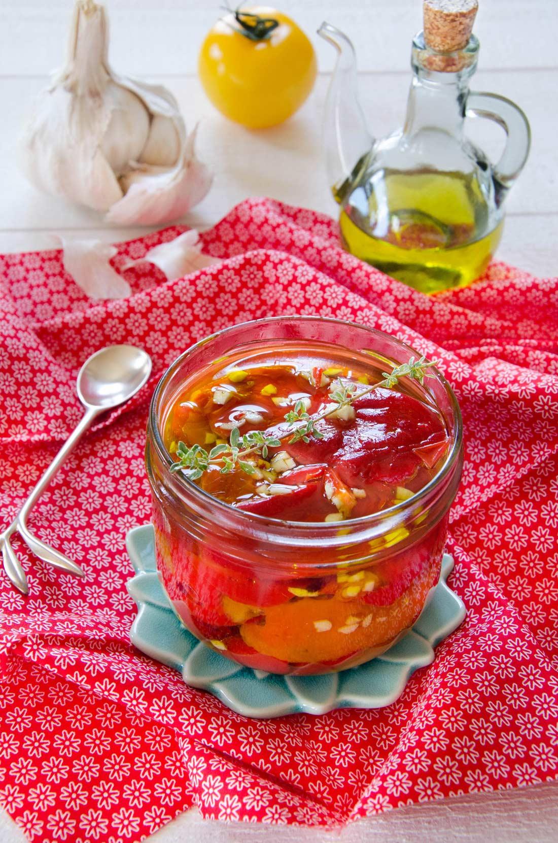 Poivrons marinés à l'huile d'olive et à l'ail fait maison