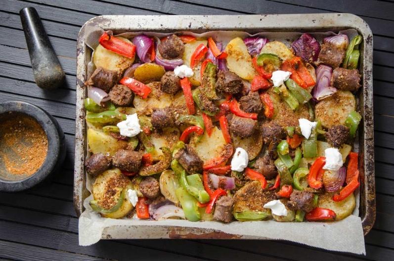Tian de saucisses, pommes de terre et poivrons