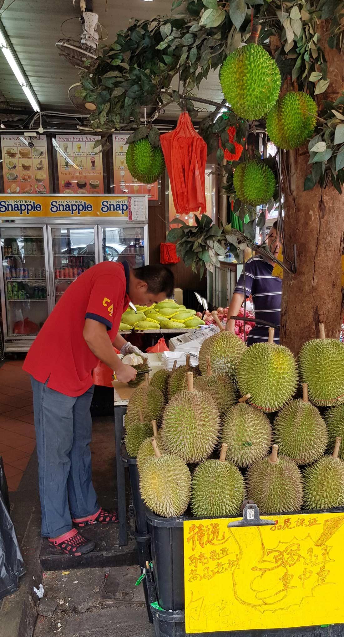 Découpe du fruit Durian à Singapour
