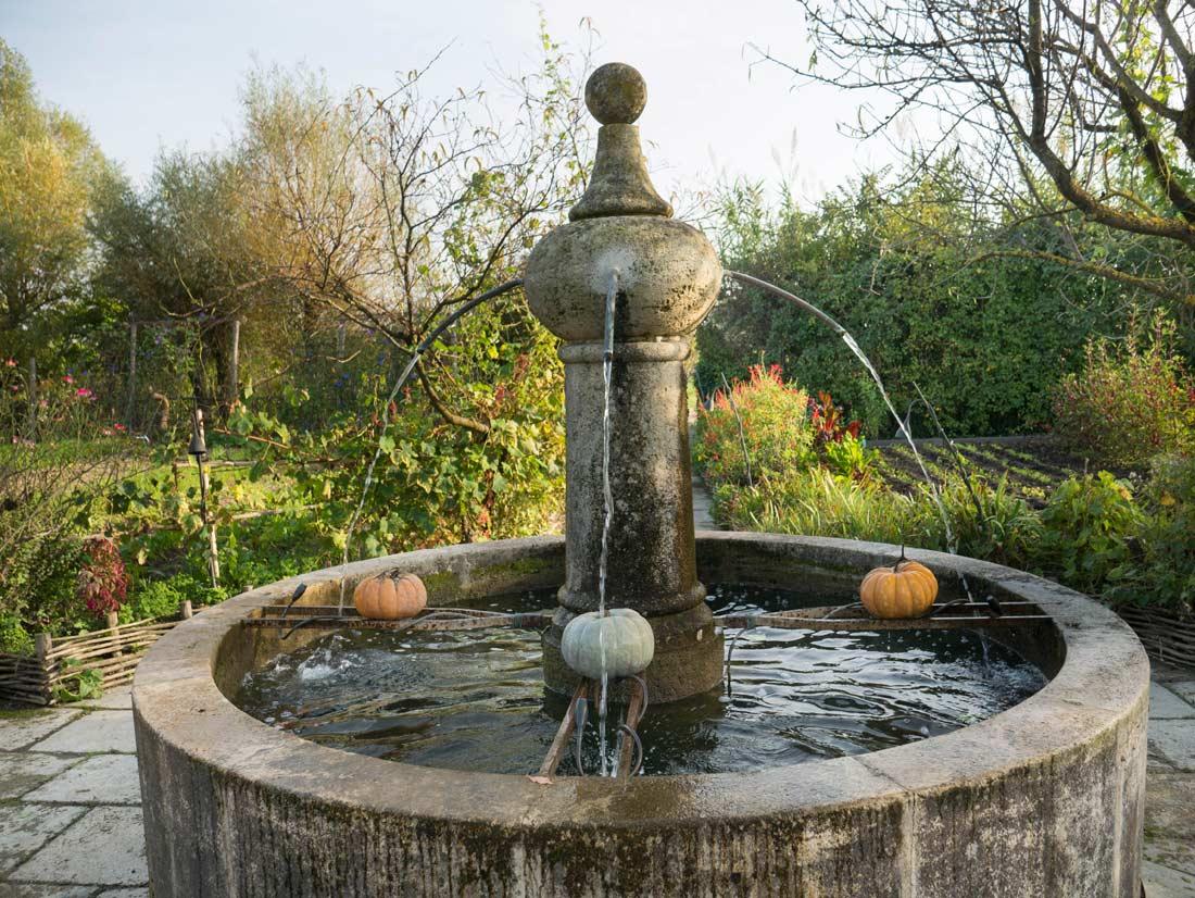 fontaine dans le jardin de La Chassagnette à Arles
