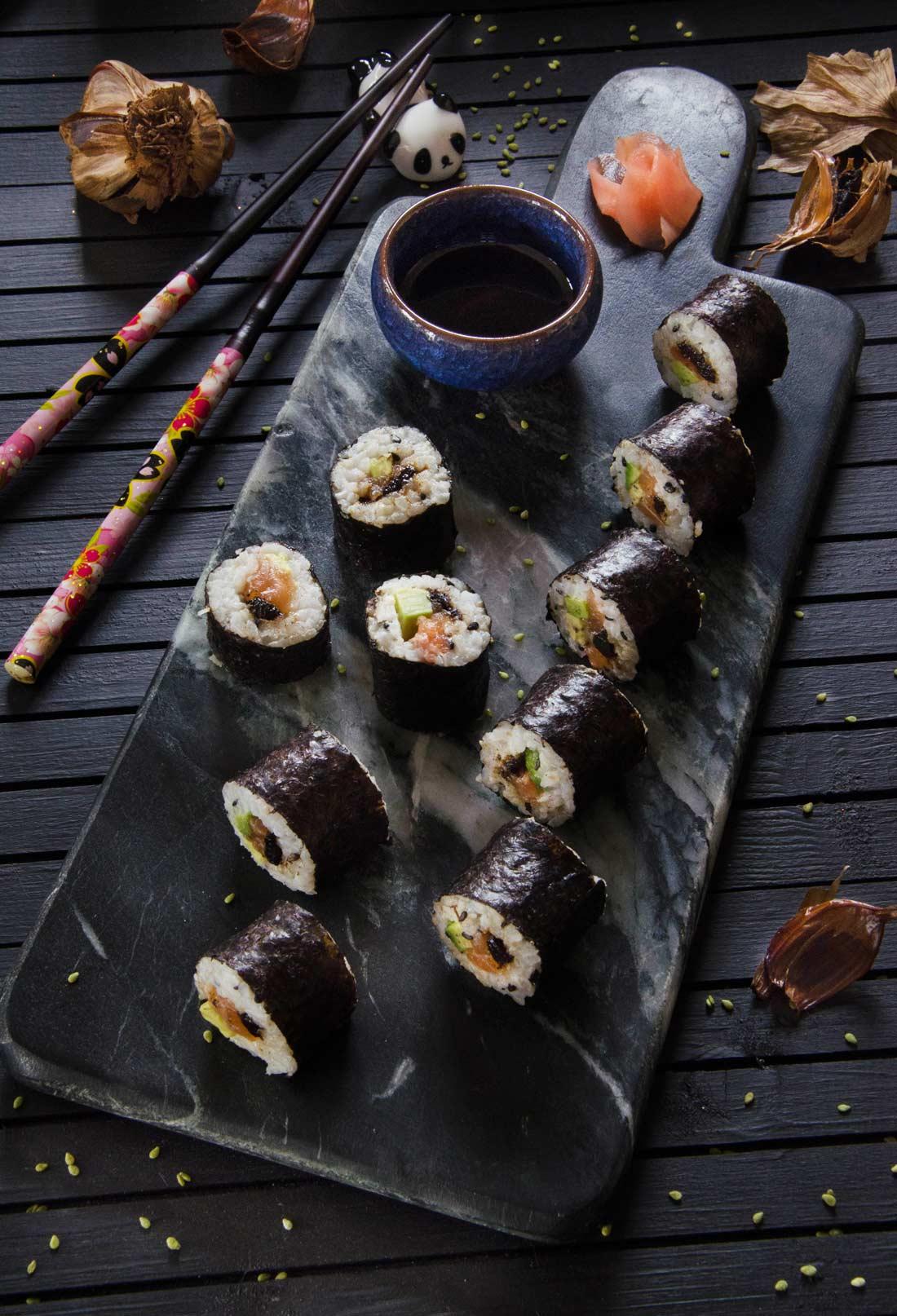Recette de sushis saumon avocat et ail noir