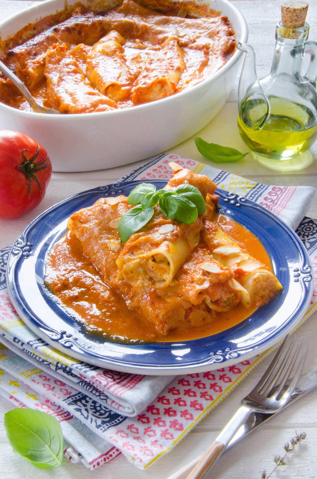 assiette de cannellonis à la brousse et au coulis de tomates fraiches