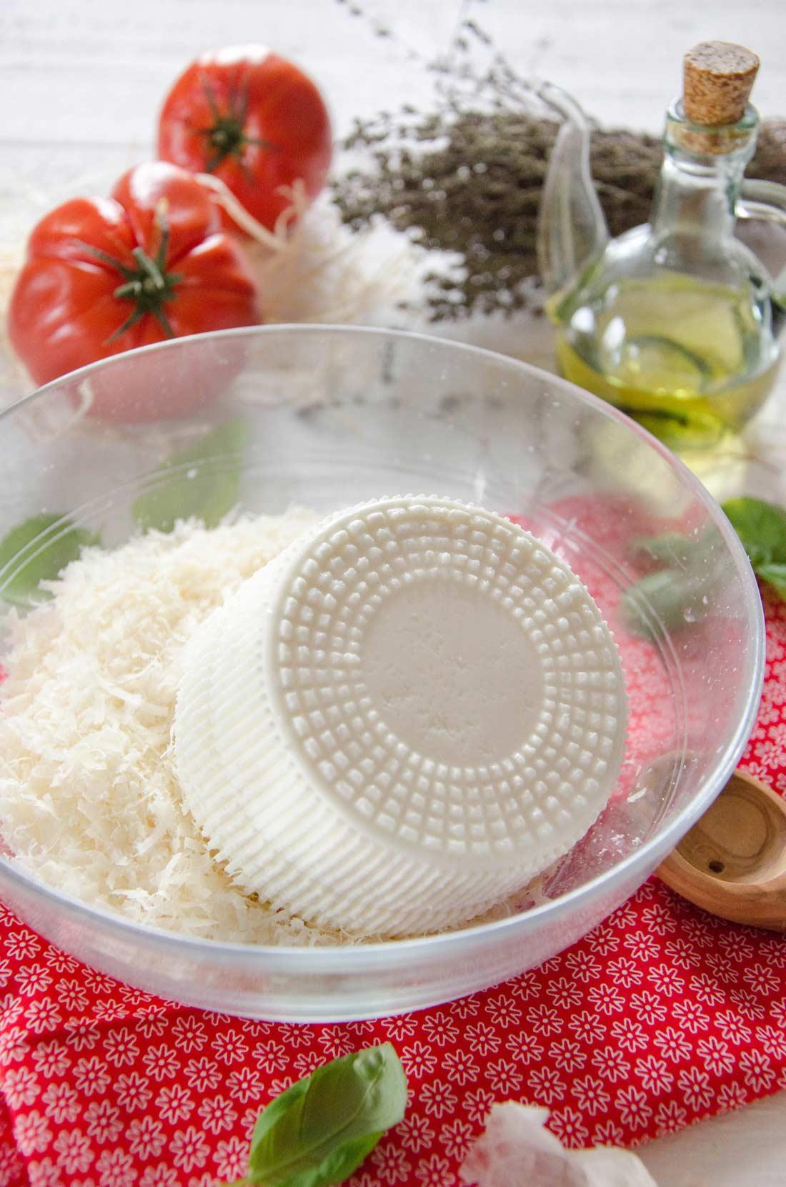 fromages de brousse et parmesan râpé pour garnir les cannellonis