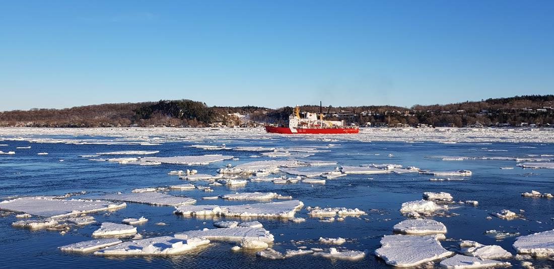 Brise glace sur le fleuve Saint-Laurent