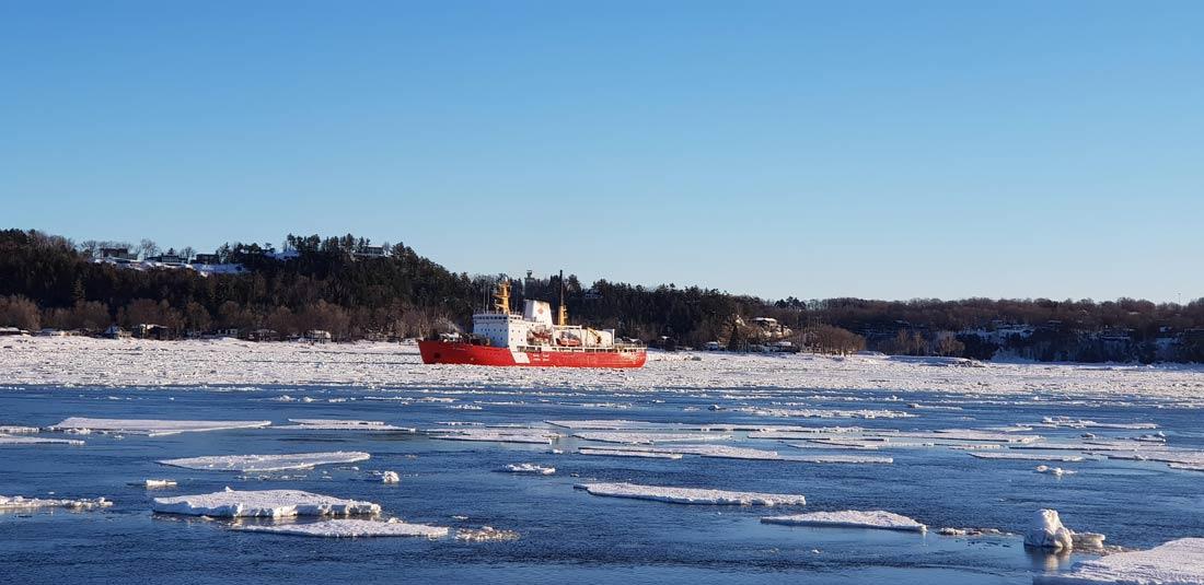 Brise glace sur le fleuve Saint Laurent