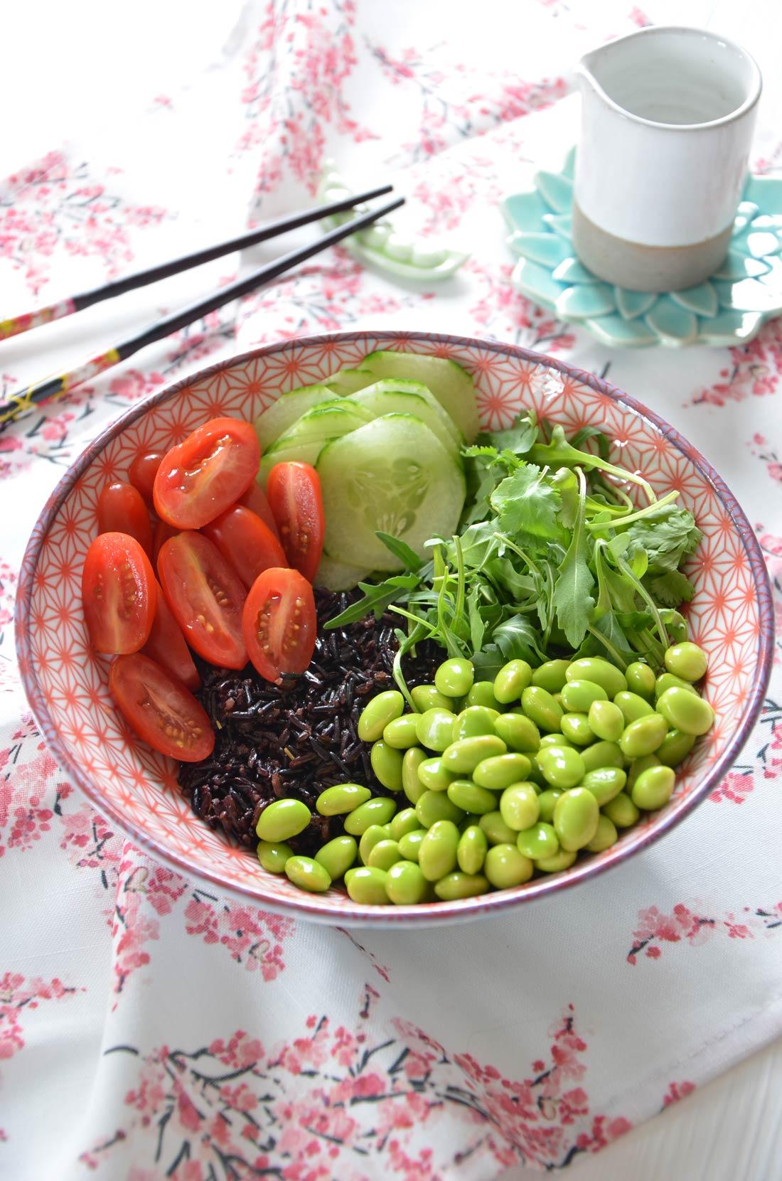 Préparation poke bowl au saumon