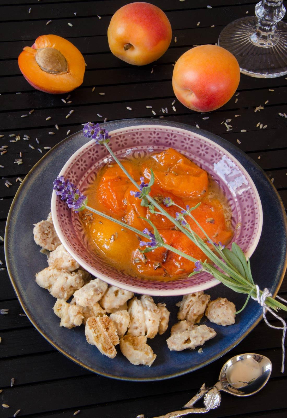 Recette d'abricots rôtis lavande miel servi avec un crumble au chocolat blanc