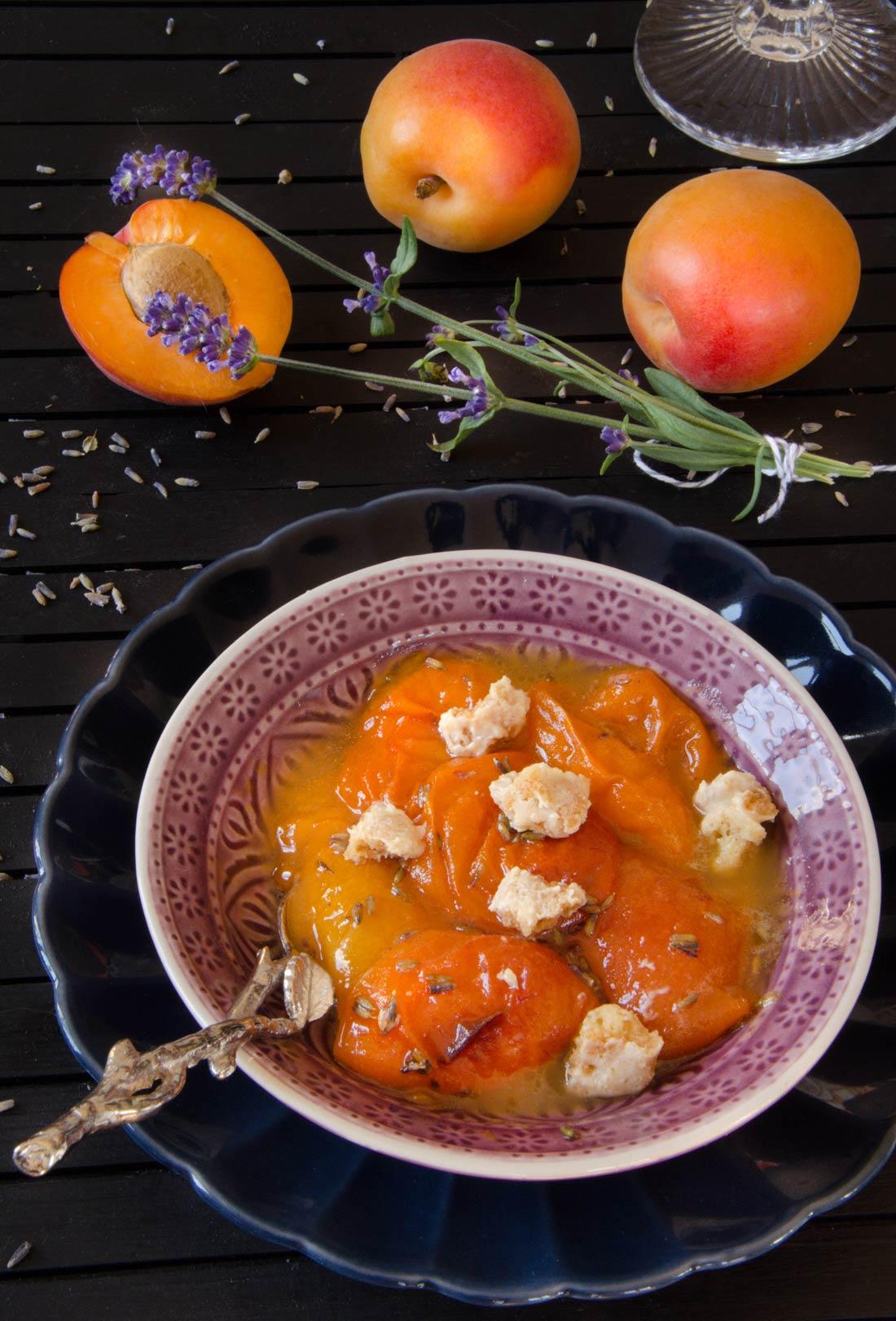 Recette d'abricots rôtis lavande et miel servi avec un crumble au chocolat blanc
