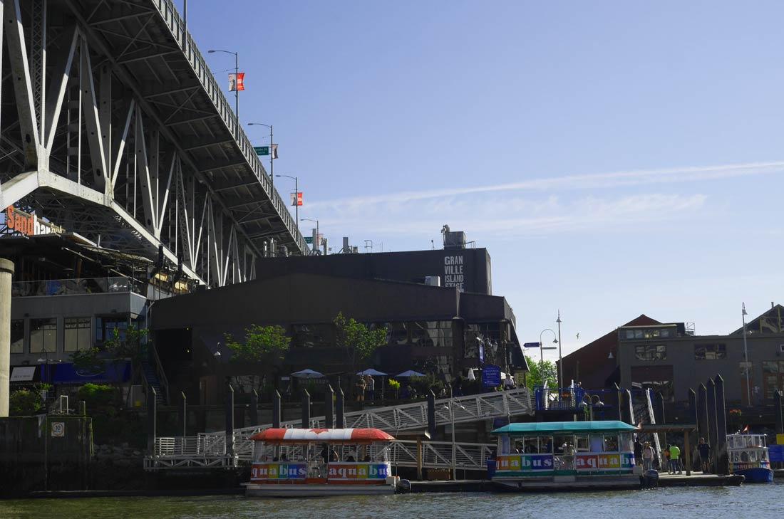 Le marché de Granville Island et le ponton pour y accéder