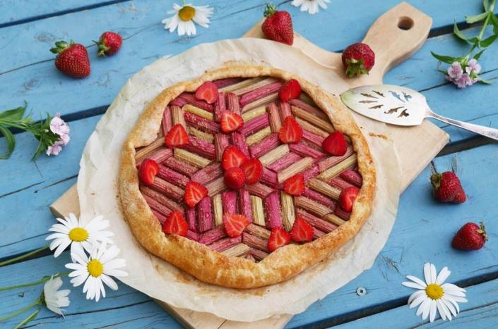 Tarte rhubabre fraises graphique et rustique