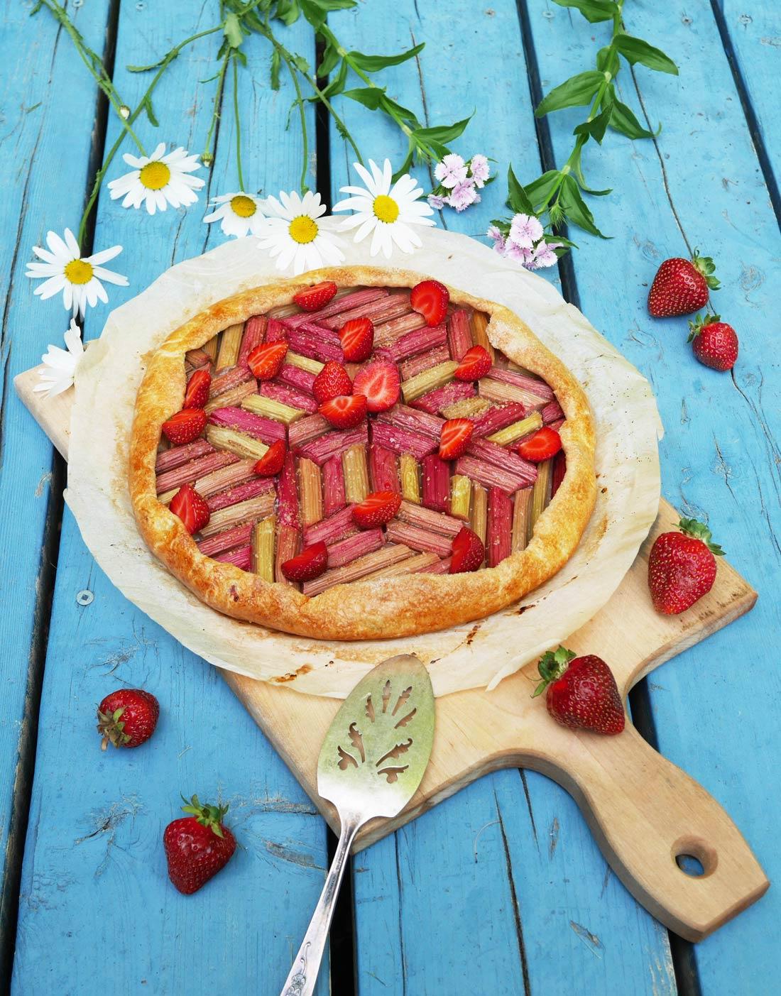 Tarte rhubarbe fraises graphique et rustique