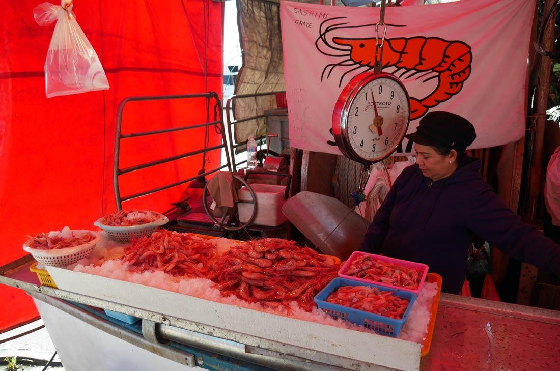Crevettes tachetées à la vente sur le port de Steveston