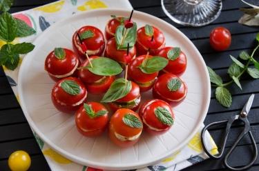 Tomates cocktail garnies
