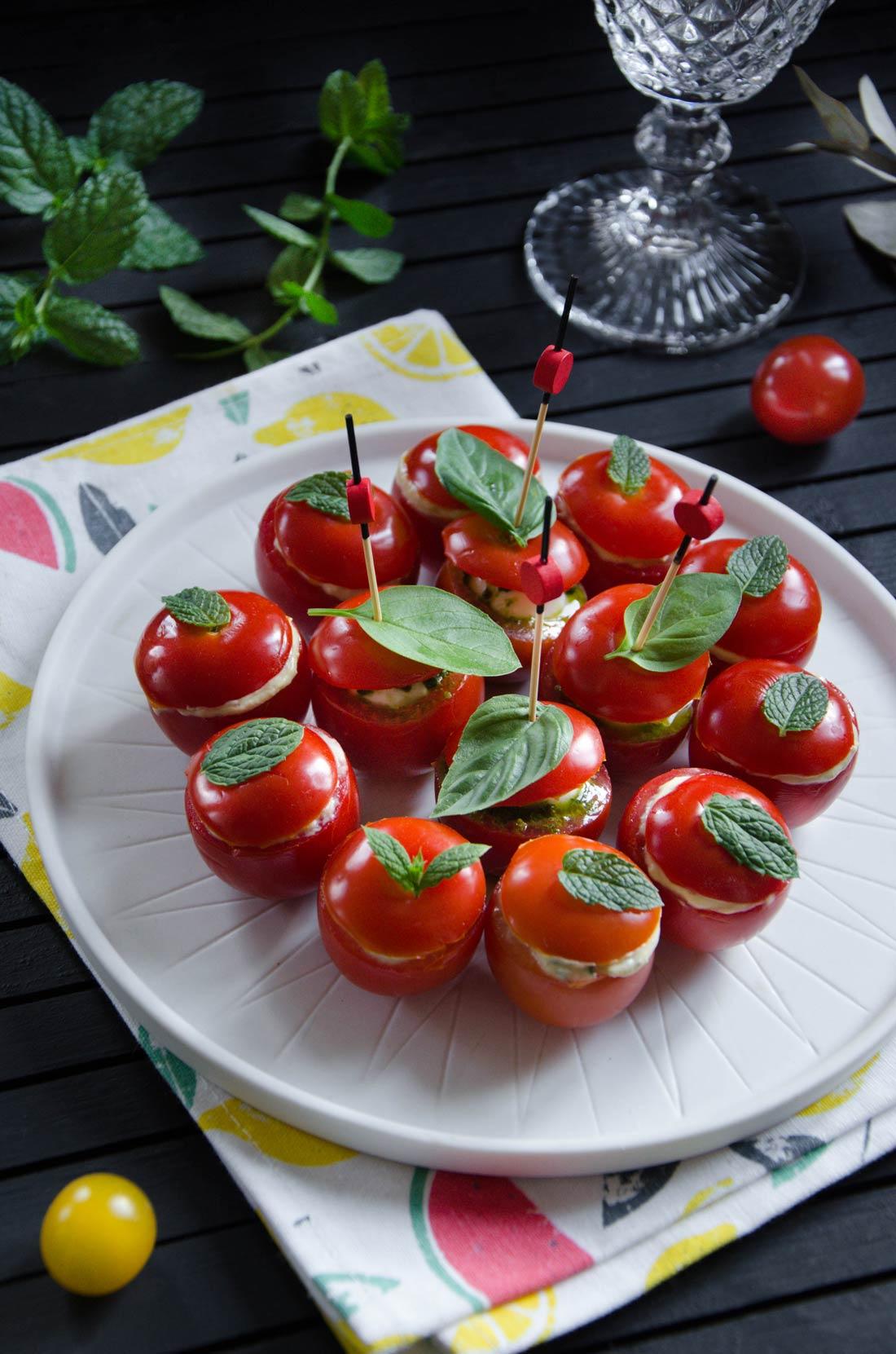 Tomates cocktail garnies crème avocat ou mozza pesto