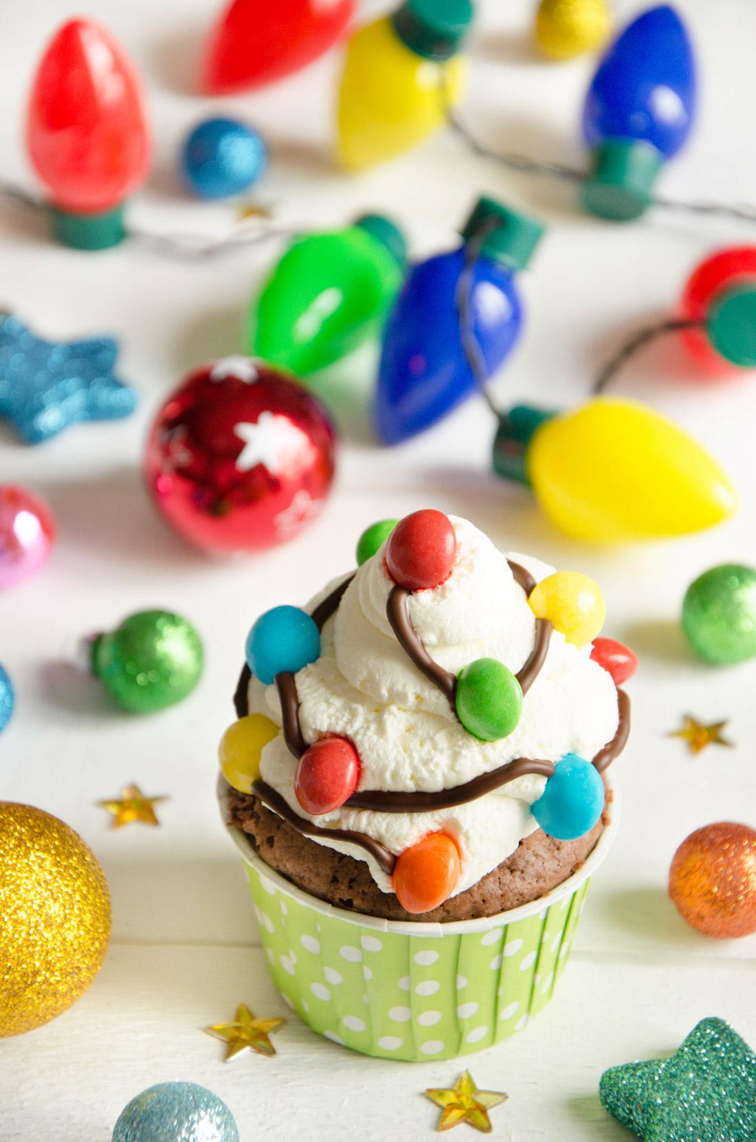 cupcakes guirlandes de Noël décorés avec de la chantilly et des skittles
