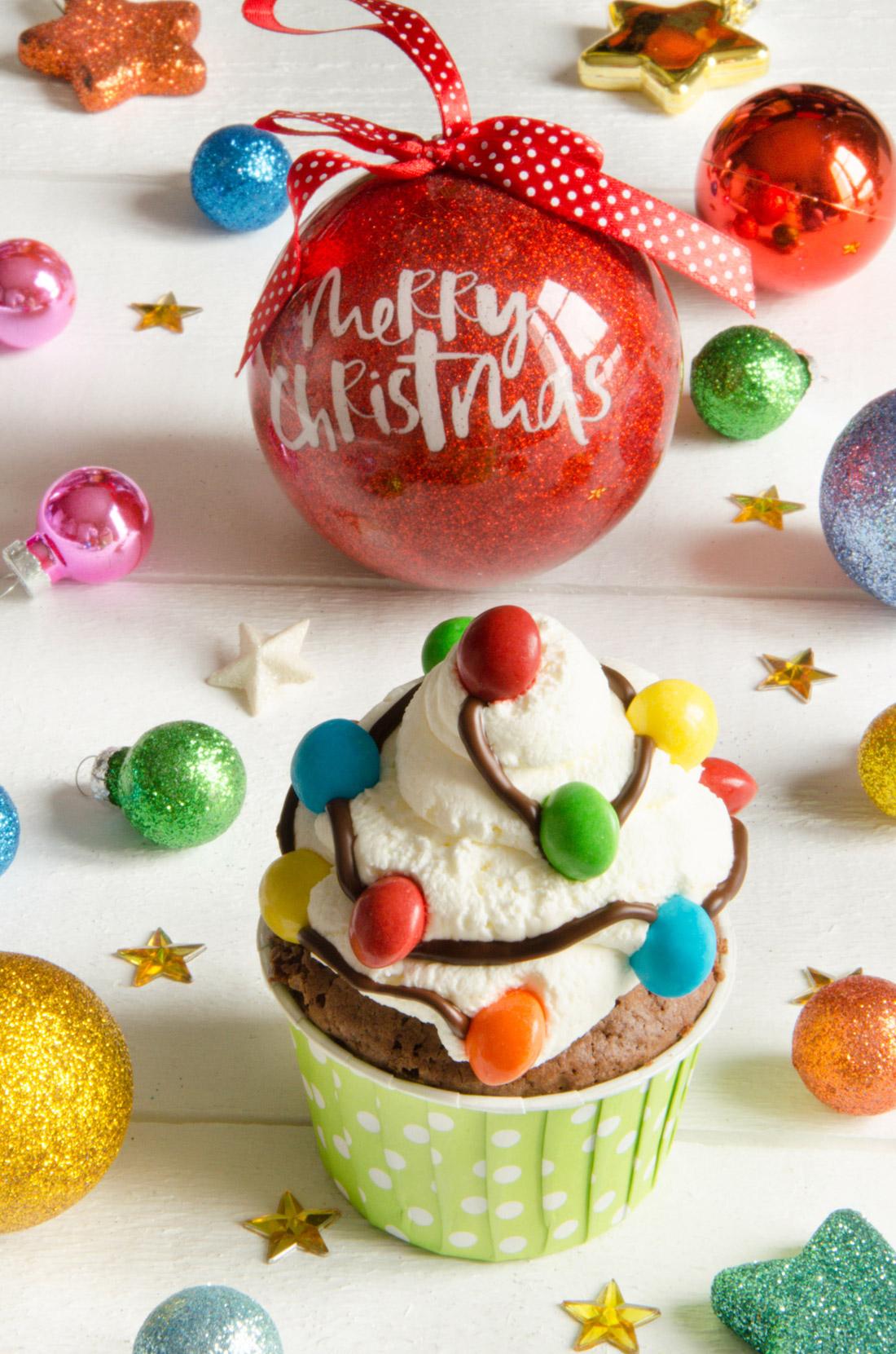 cupcakes guirlandes de Noël au chocolat et à la crème chantilly
