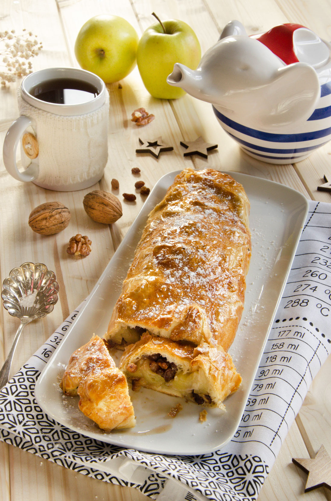 apfelstrudel, un dessert aux pommes, noix et à la cannelle