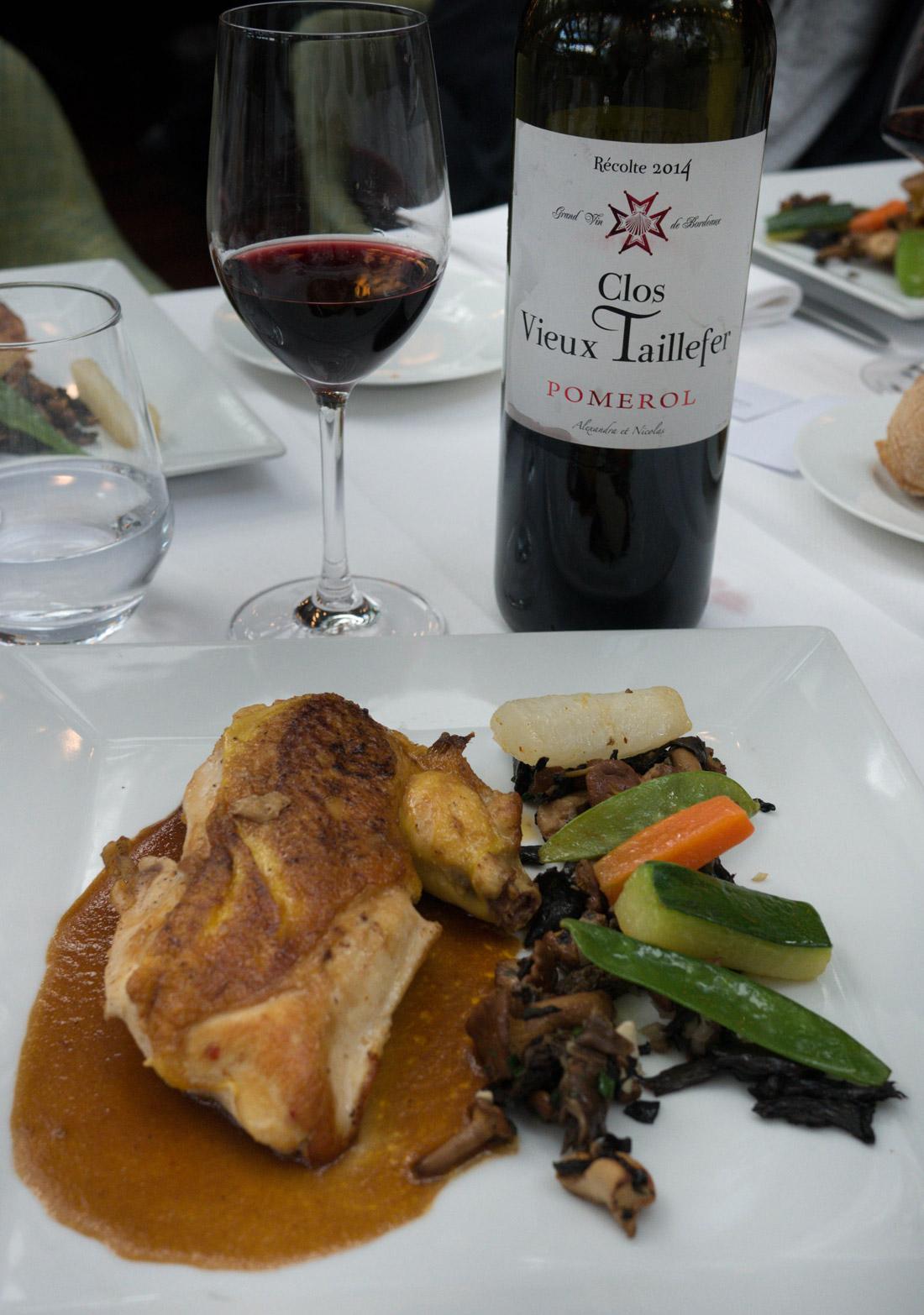 Suprême de volaille fermière, garniture forestière et légumes servi  à la Closerie des Lilas pour le déjeuner des Clos