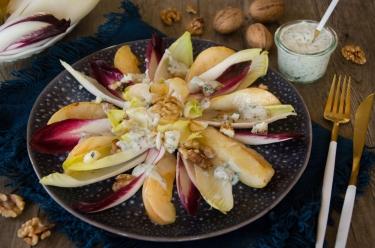 Salade d'endives poire noix sauce crémeuse au bleu maison