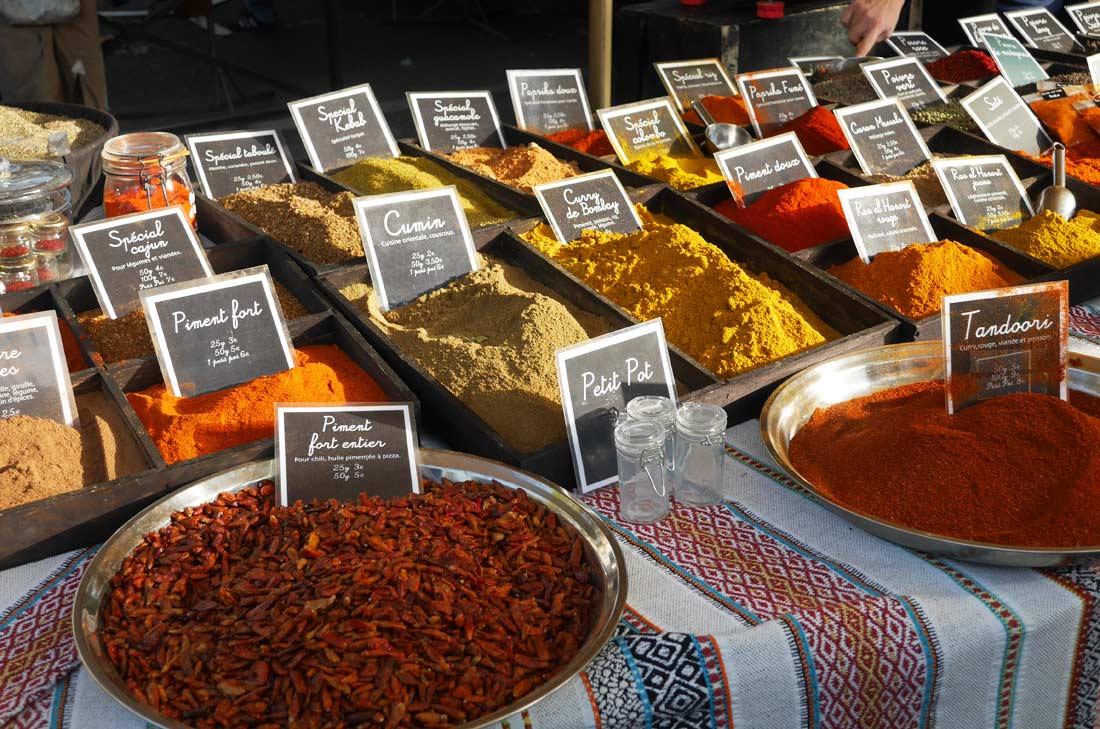 Épices vendues sur le marché d'Arles