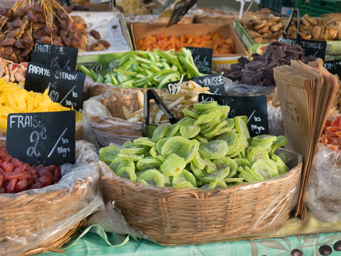 Fruits secs sur le marché d'Arles