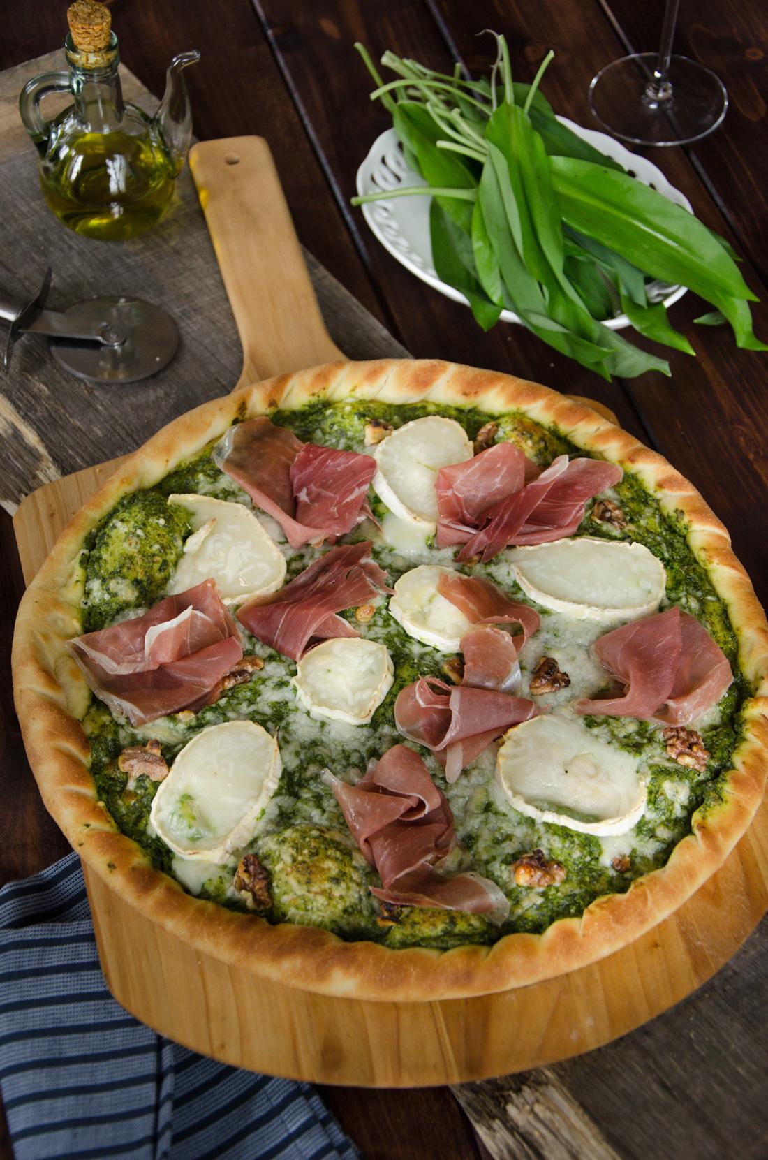 Pizza ail des ours chèvre noix prosciutto
