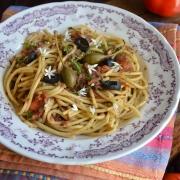 Recette de pâtes alla puttanesca, aux anchois, olives et tomates