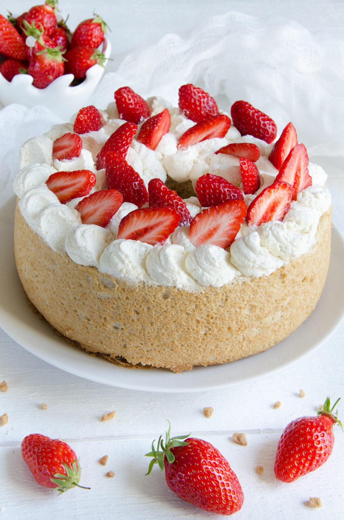 Délicieux gâteau des Anges à l'érable et aux fraises fait maison