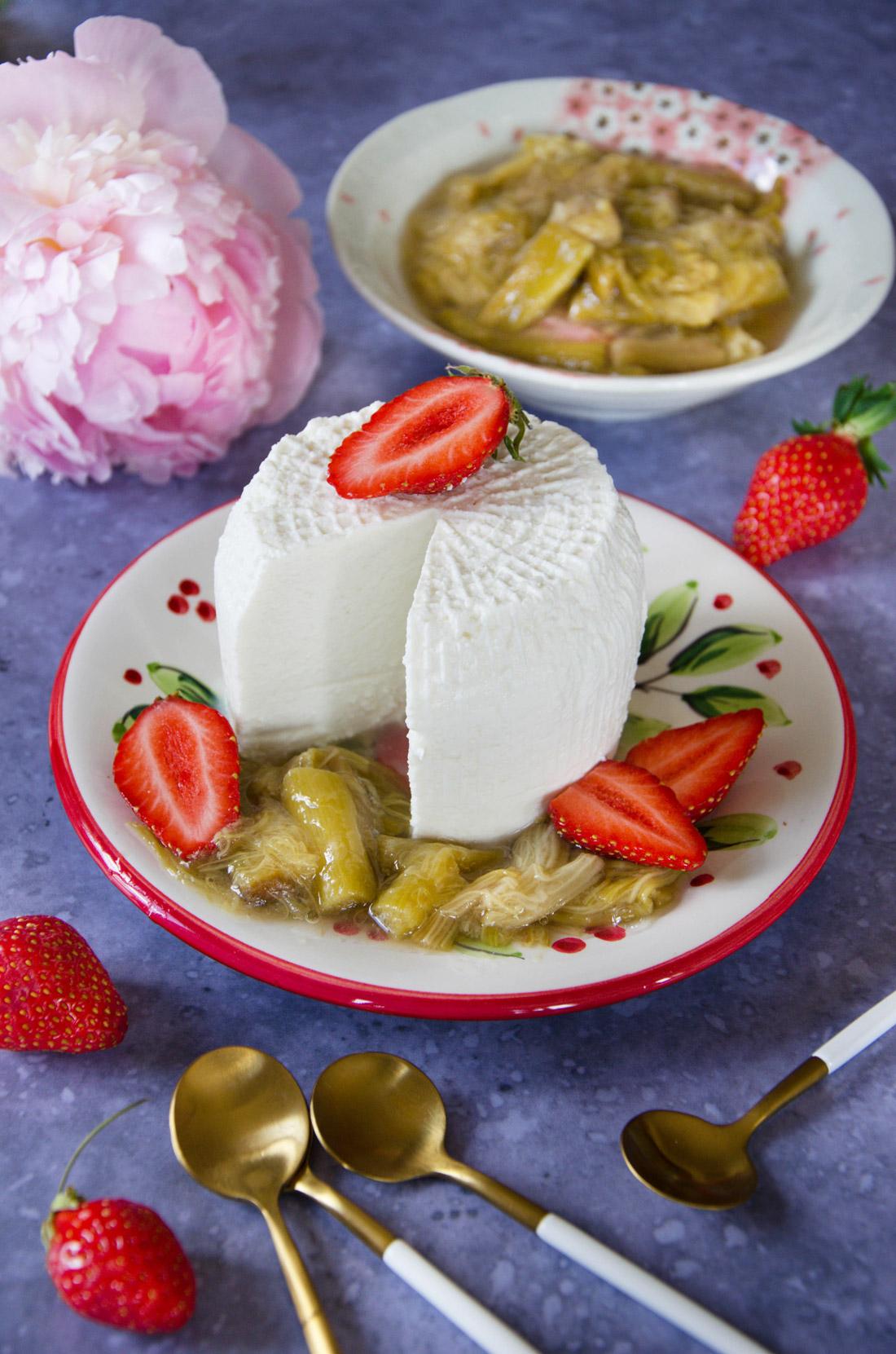 Brocciu fraises rhubarbe, dessert savoureux et gourmand, de saison au printemps.