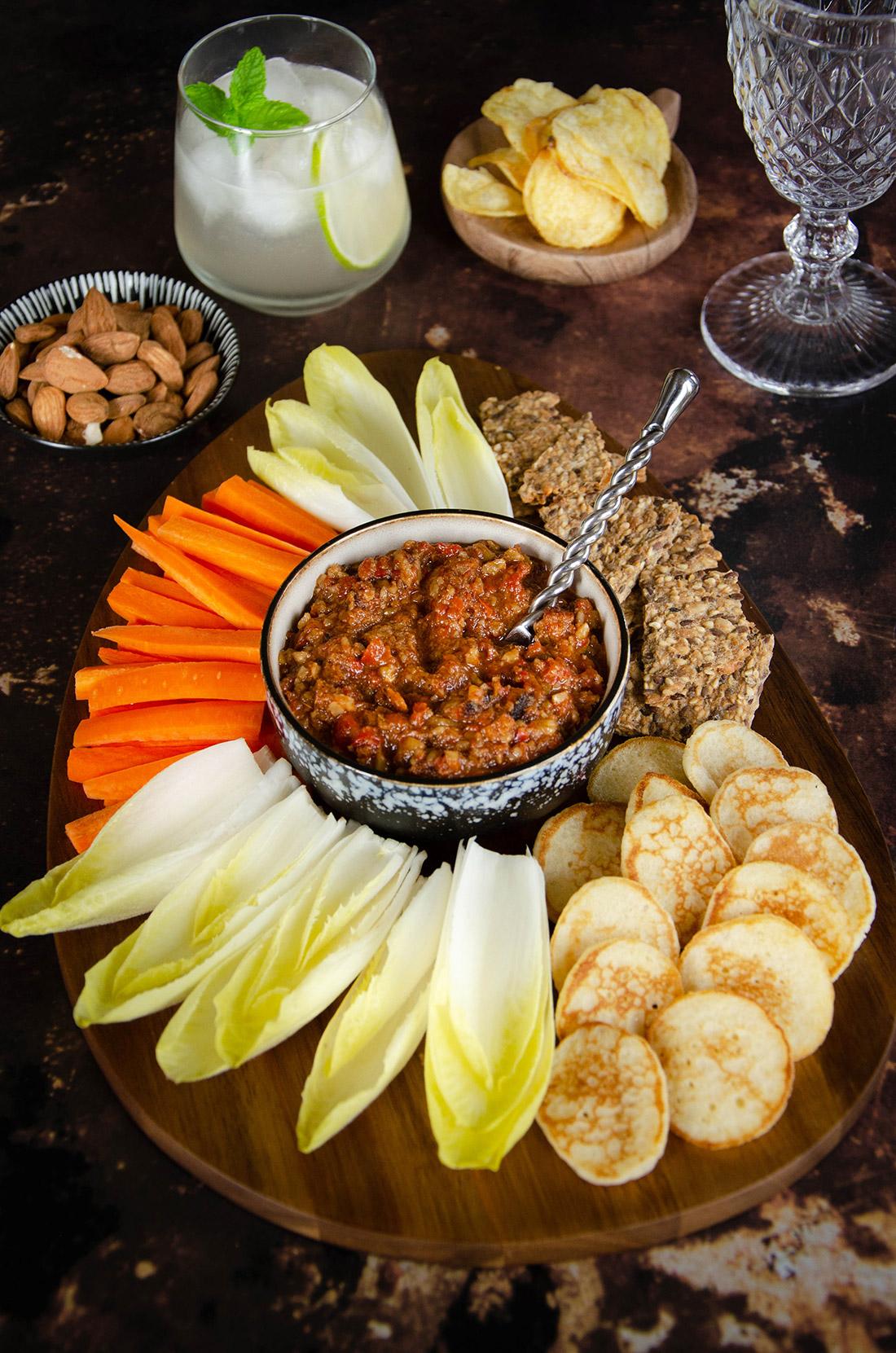 muhammarah maison, une tartinade aux poivrons et aux noix à servir à l'apéritif