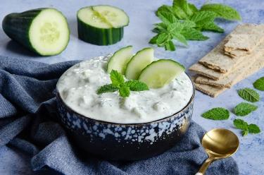 recette tzatziki, un délicieux mezzé à base de concombre et de menthe.