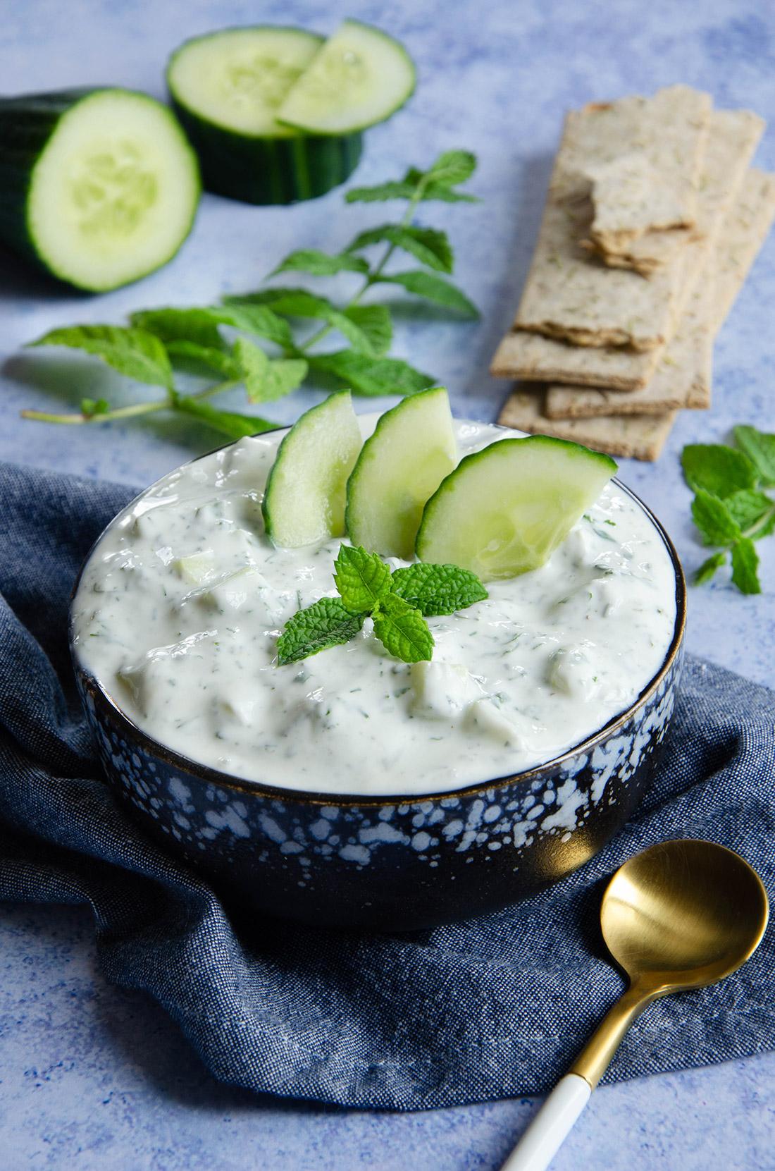 Délicieuse recette de tzatziki, un mezzé à base de concombre et de menthe parfait pour l'apéritif