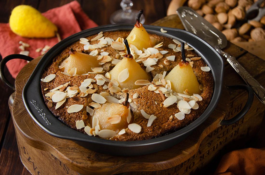 Gâteau aux noisettes et aux poires au sirop