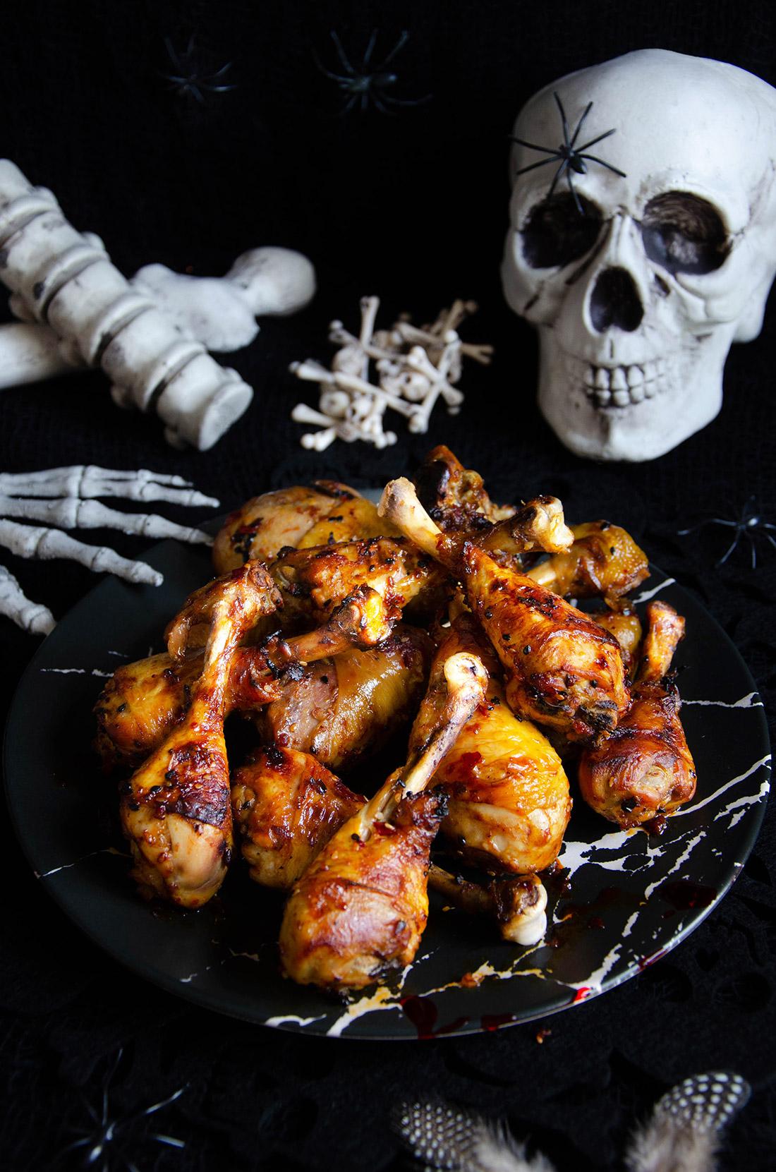 Pilons de poulet caramélisés à servir pour Halloween