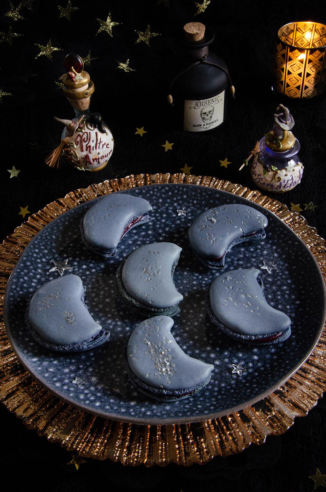 Macarons ganache cassis en forme de lune pour Halloween