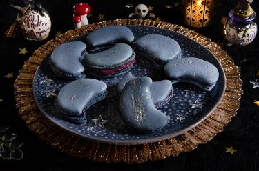 Macarons au cassis forme lune pour Halloween