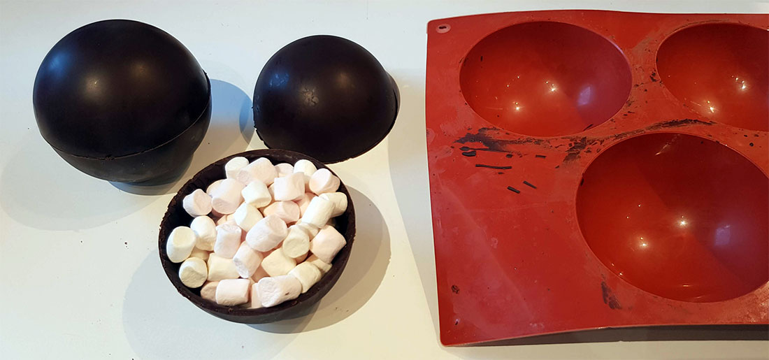 Préparation hot chocolate bomb fait maison, pour un chocolat chaud aux guimauves magiques !