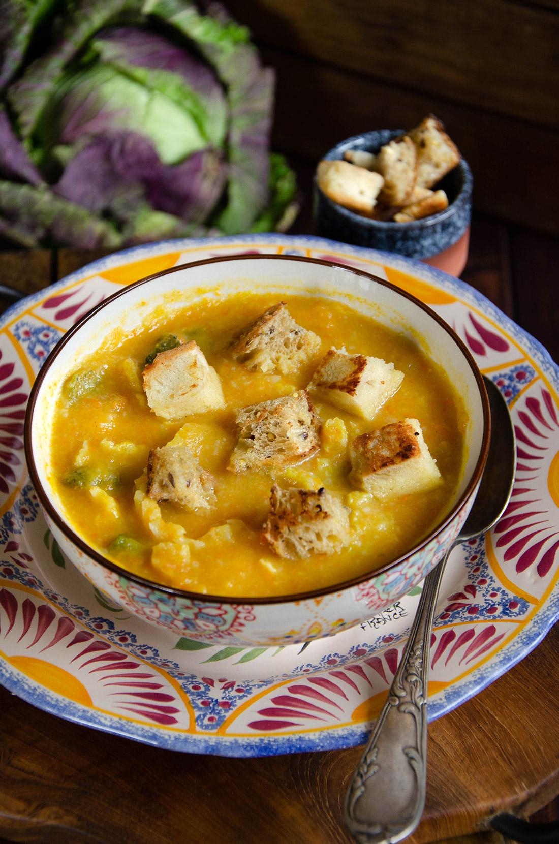 Recette de Caldo Verde, une soupe au chou à servir avec des croûtons