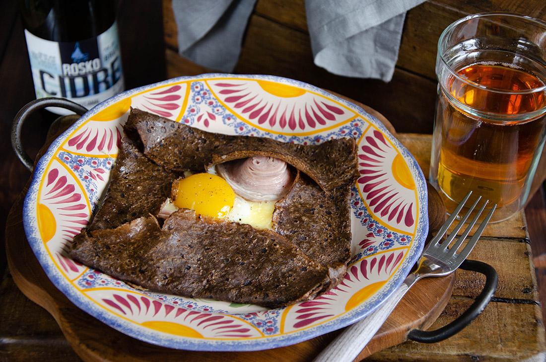 Galette blé noir andouille de Guéméné et fromage darley