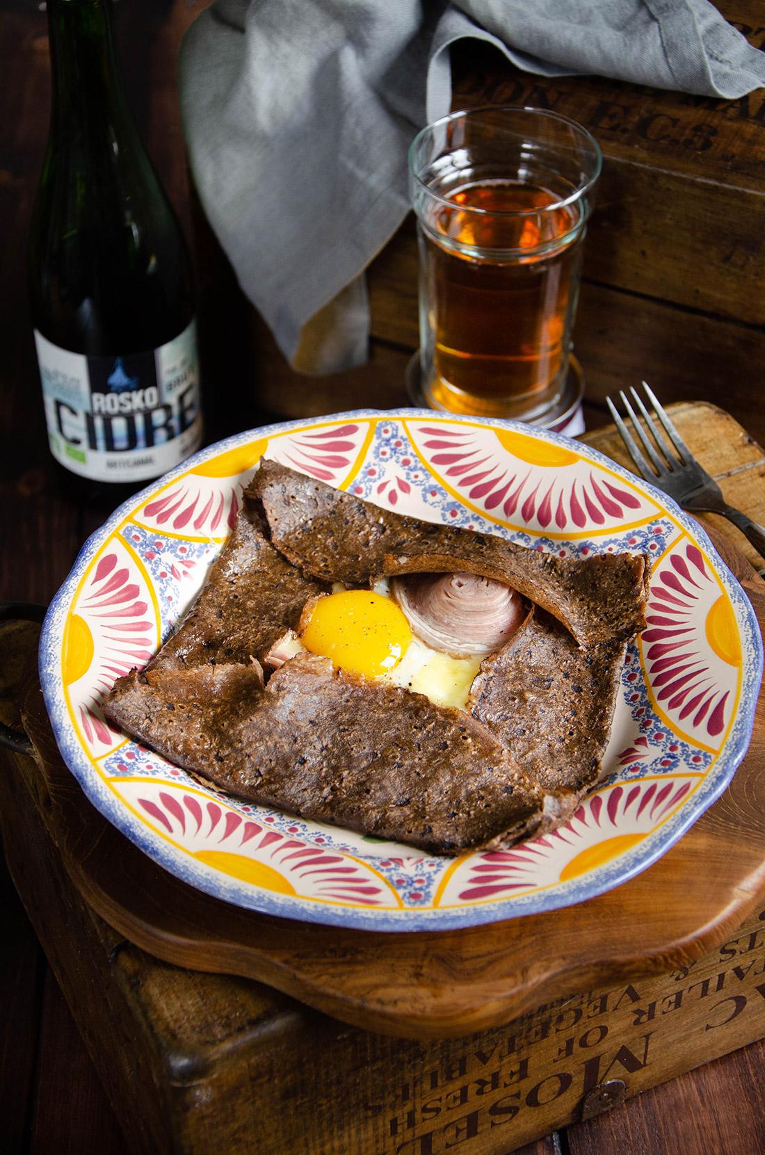 Recette de galette au blé noir, à l'andouille de Guéméné et au fromage darley