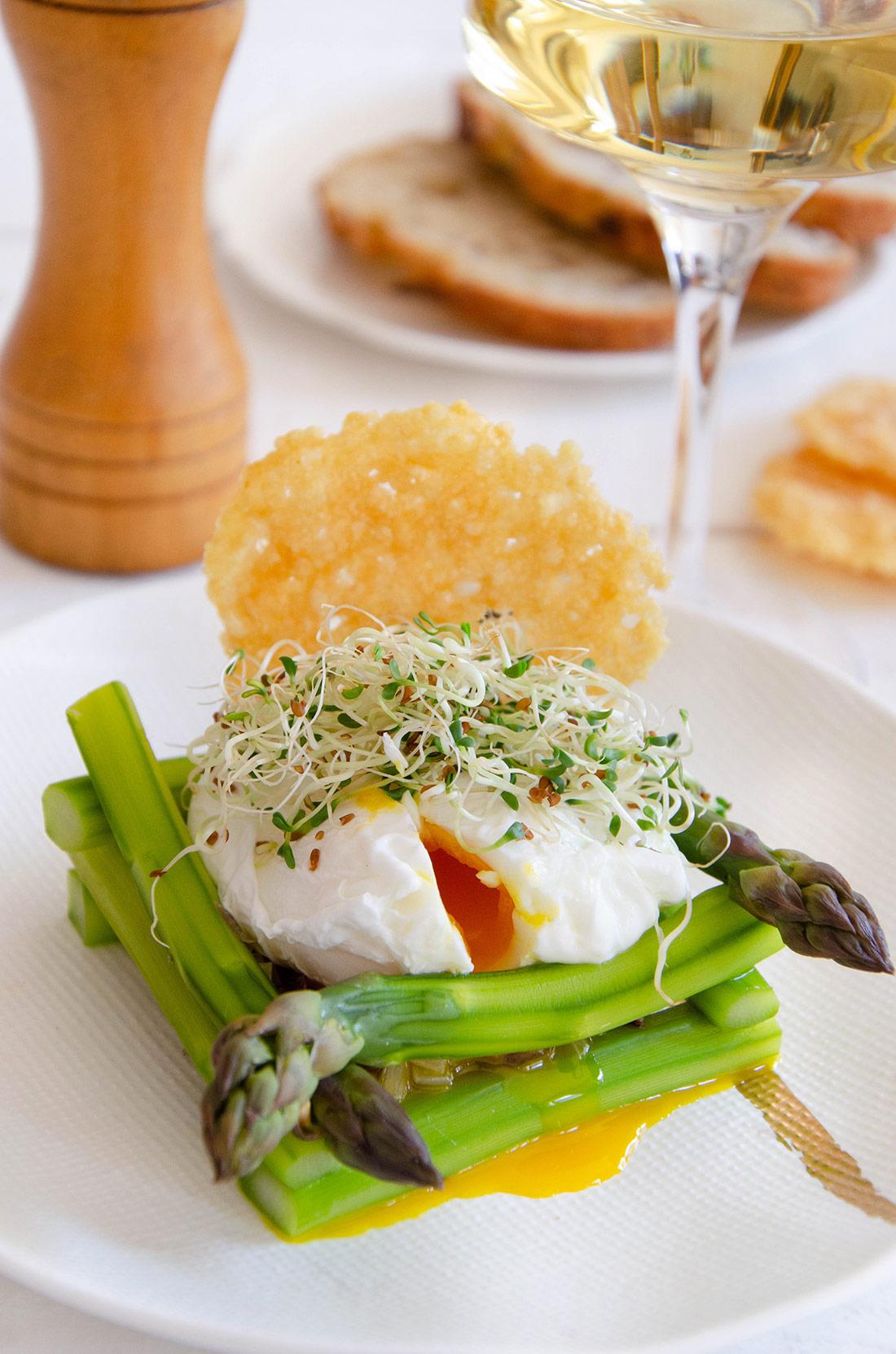 Recette d'oeuf mollet, nid d'asperges et tuile au parmesan. Une entrée savoureuse et jolie.