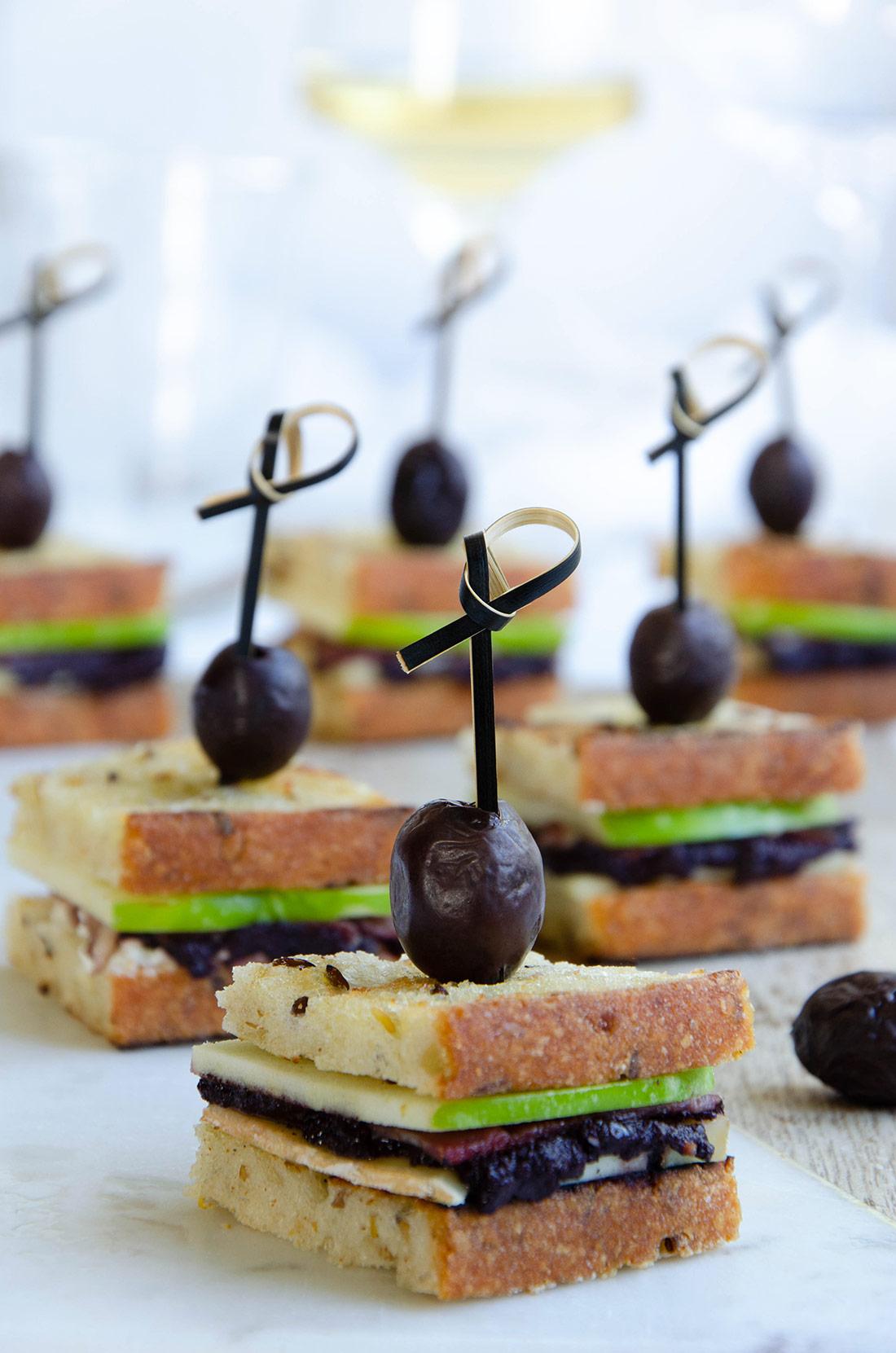 Mini sandwiches magret pomme chèvre olives
