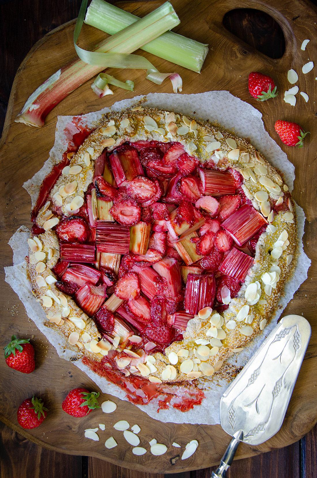 Tarte rustique sarrasin fraises rhubarbe