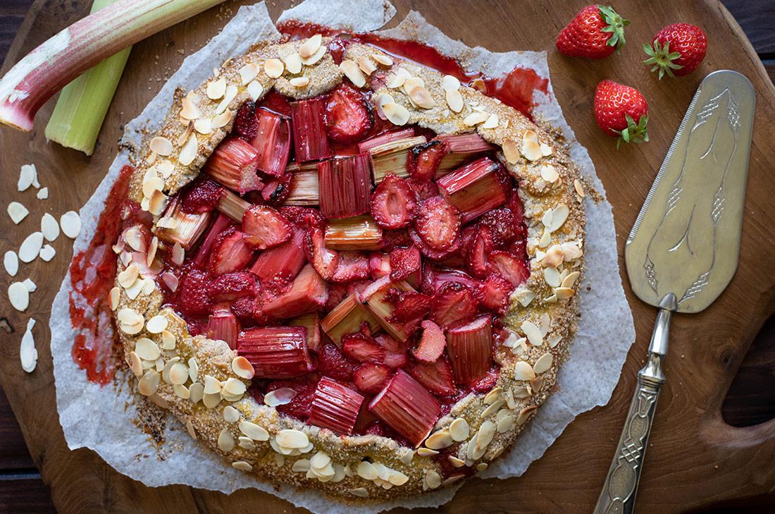 Tarte rustique fraises rhubarbe