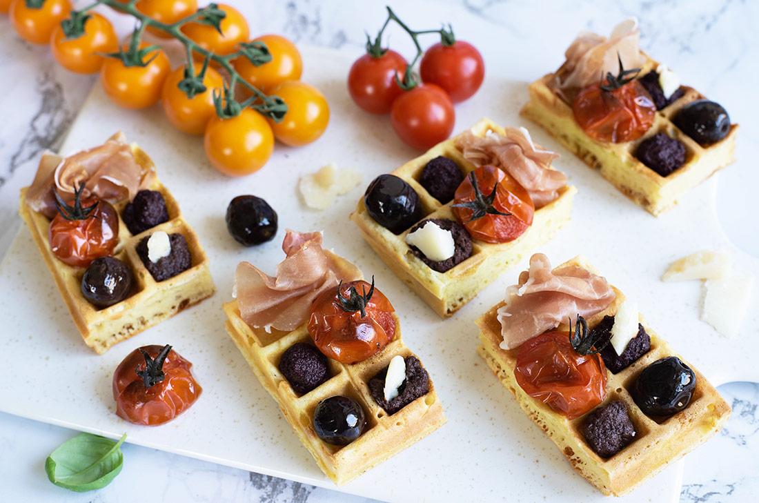 Mini gaufres au parmesan, tomates cerises rôties, olives