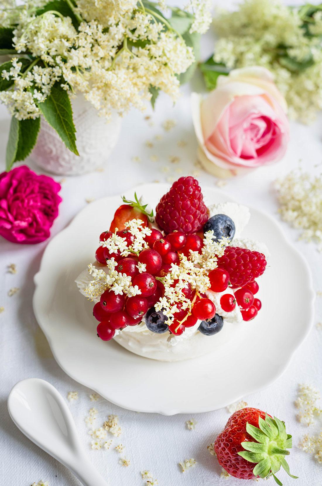 Pavlova chantilly fleurs de sureau fruits rouges